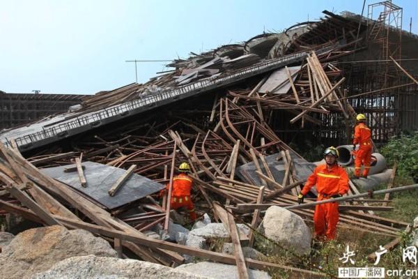 厦门在建高架桥桥面垮塌 4名工人被埋压