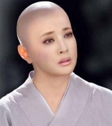 苏岩在电视剧《光头美女》中牺牲自己的美发