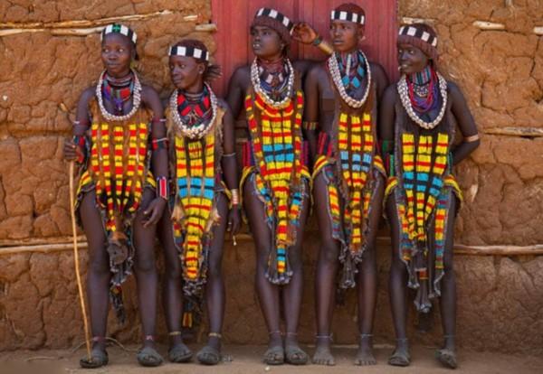 非洲部落女子举行鞭打仪式追求疤痕美