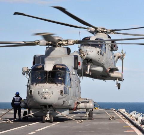 英军阿帕奇直升机降落在英国皇家海军卓越号航空母舰上(资料图)