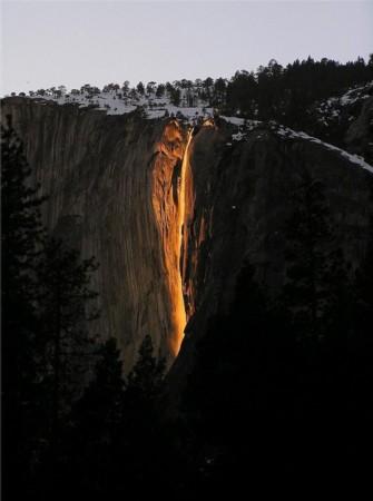 """美国加州""""火瀑布""""酷似岩浆倾泻"""