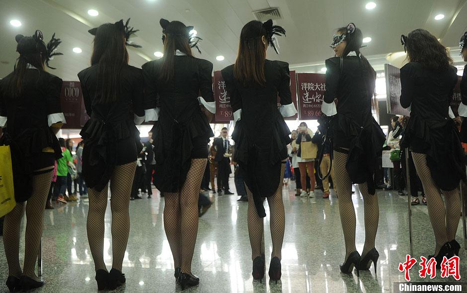 重庆房交会上丝袜美女吸人眼球图 新闻