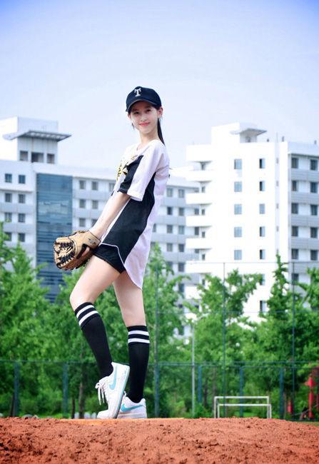 奶茶妹妹魅力代言清华棒球队 新照曝光再次掀