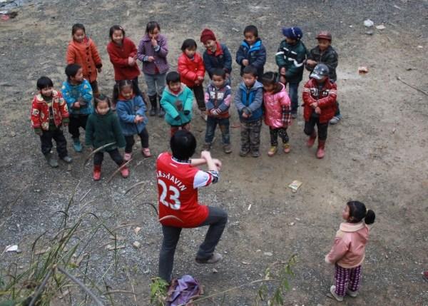 中国枪迷广西建爱心小学 圆贫困山区儿童上学梦