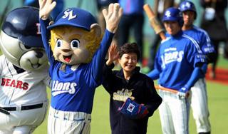 朴槿惠职棒总决赛开球 神秘现身惊艳全场