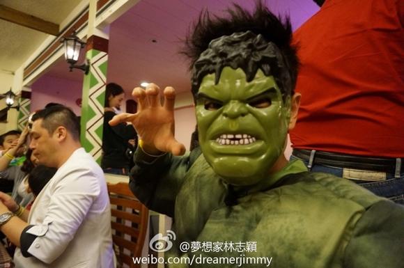 林志颖携kimi万圣节变装 绿巨人钢铁侠成父子
