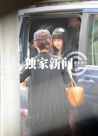 沙宝亮妻子亲自驾车 携女儿外出就餐(组图)