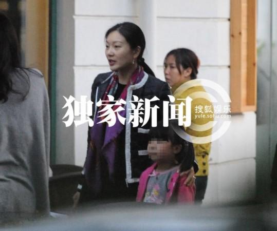 张艺谋双千金首曝光 娇妻子女豪门生活解密- M