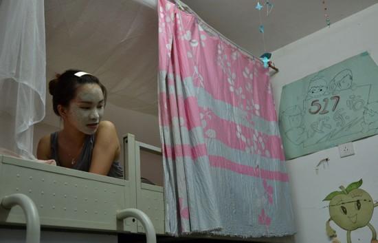 女大学生真实的宿舍生活走红 女汉子彪悍照(图)