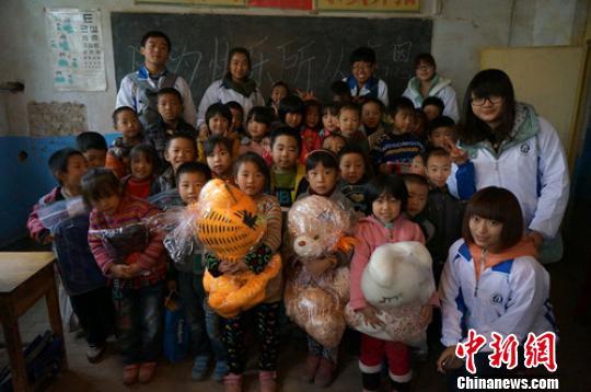 河北爱心90后大学生为山区儿童圆700个梦想