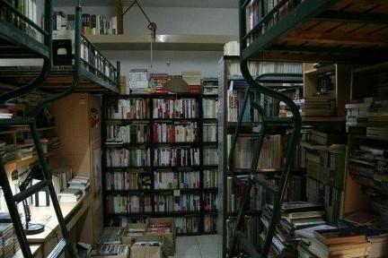 复旦学霸宿舍 藏书8000册已无人容身之地