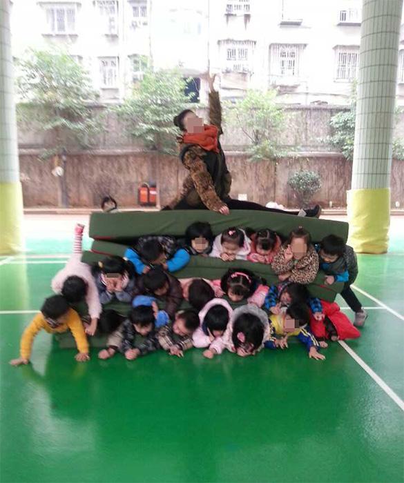 幼儿 幼儿园 人肉/事发27日长沙师范学院附属第一幼儿园,照片由某老师传至家长...