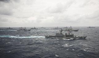 美日集结25艘军舰在冲绳海域对抗演习