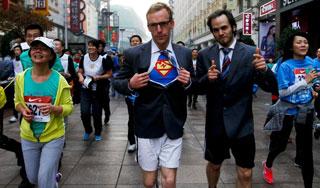 上海国际马拉松比赛开跑 选手异装奇葩多