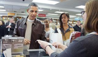 高清:奥巴马带女儿书店购书 自己刷卡买单