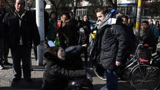 外国小伙北京街头扶摔倒中年女子遭讹诈