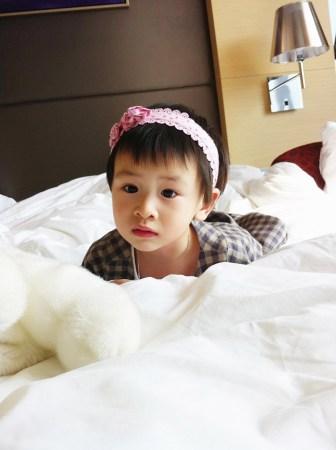 曝光的照片中田亮女儿时而严肃时而大笑,看来森碟怪力萝莉的样子也