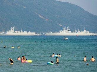 三亚海滨浴场外解放军战舰核潜艇云集