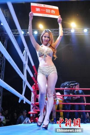 图为中国女拳王沈舒ko巴西拳王朱莉安娜后喜极而泣