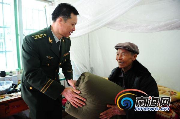 林国伟为老人送去被子(南海网记者 高鹏 摄)图片