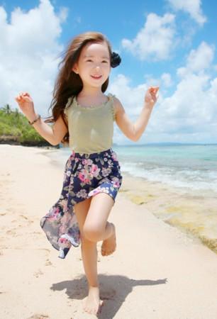 5岁小萝莉萌翻网友 中外娇娃大PK__海南新闻
