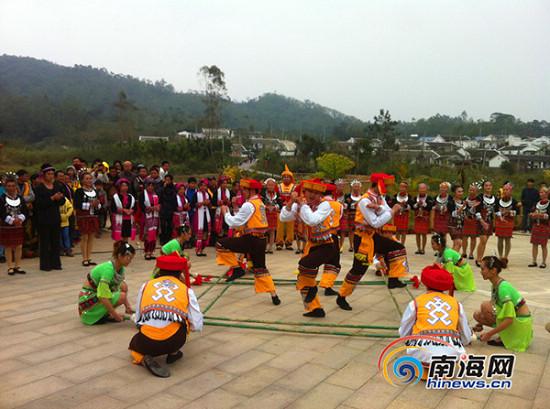 黎族同胞表演竹竿舞(南海网记者高鹏摄)