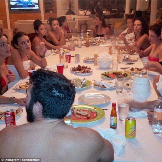 美国32岁富豪晒奢靡生活照belzerian晒的照片中总
