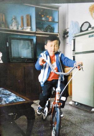 1989年,王曙鸿家的18吋乐声彩色电视机.陈怡翻拍