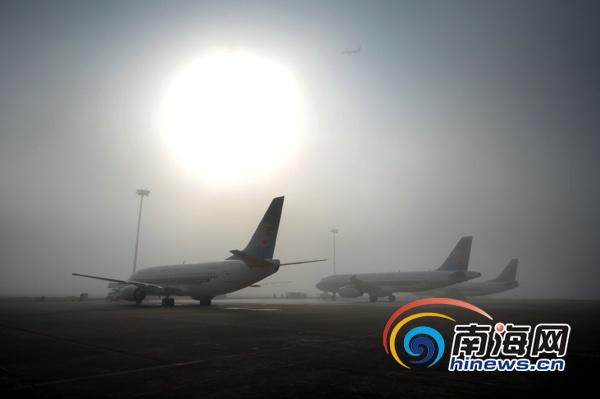 1月7日,海口美兰机场,一架客机冲破浓雾起飞。当日早5点至9点30分,因大雾导致能见度降低,南航共计16班进出港航班受到影响。(通讯员徐勤涛摄)   南海网海口1月7日消息(南海网记者符玲)1月7日上午8时许,南海网记者从海口美兰国际机场获悉,受大雾天气影响,该机场26架次出港航班、3架次进港航班被延误,预计9:30分左右天气全面好转。   美兰机场还提醒,为了保证出行顺利,合理安排时间,请及时关注南海网报道。