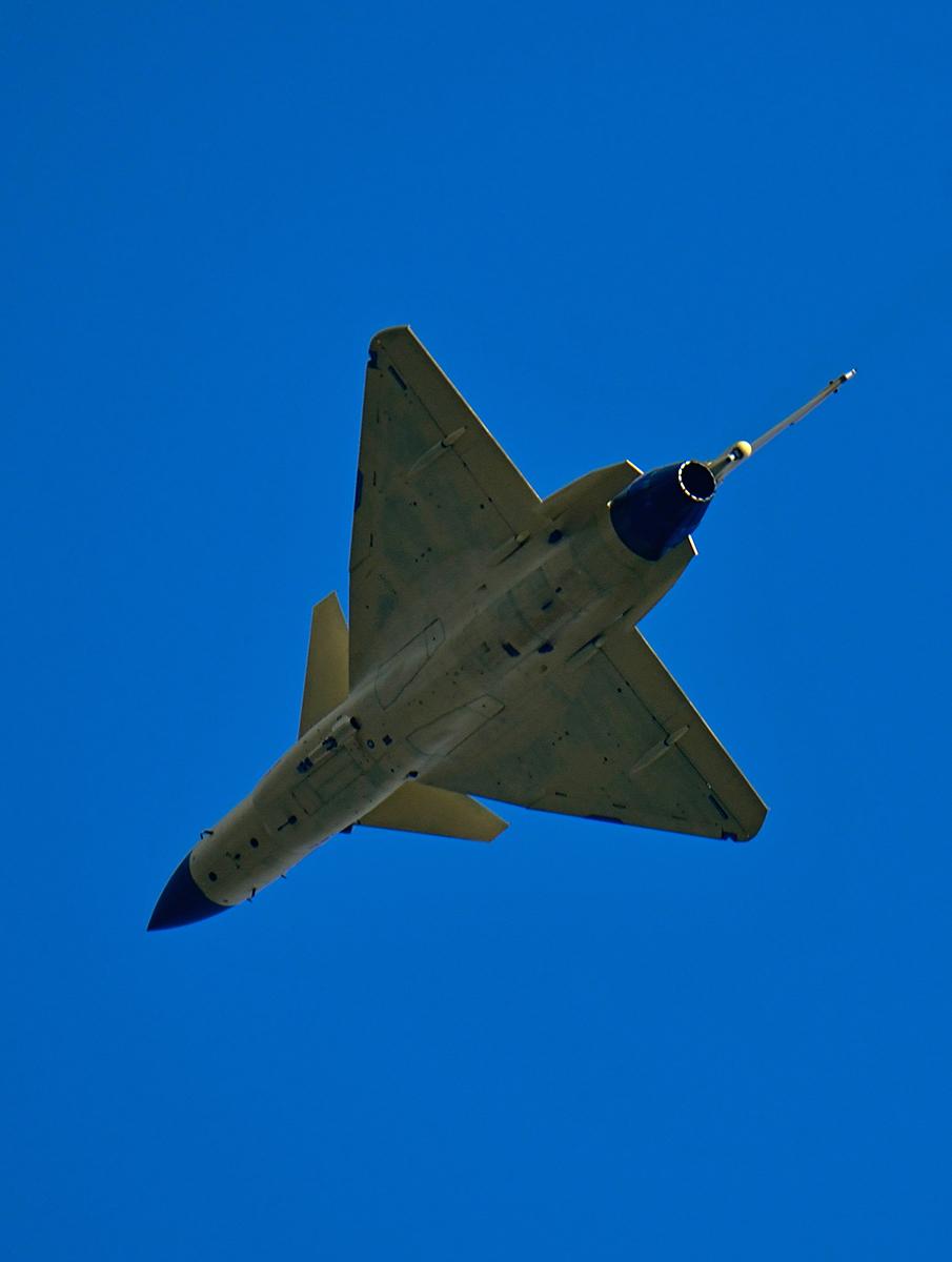 歼-10B试飞空中放油气贯长虹