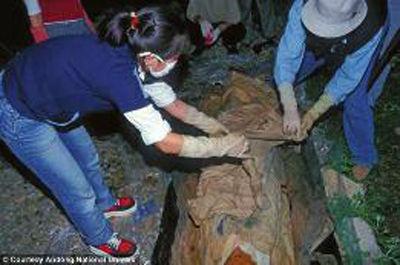 """考古学家正在打开干尸""""英泰""""身上的裹尸布"""