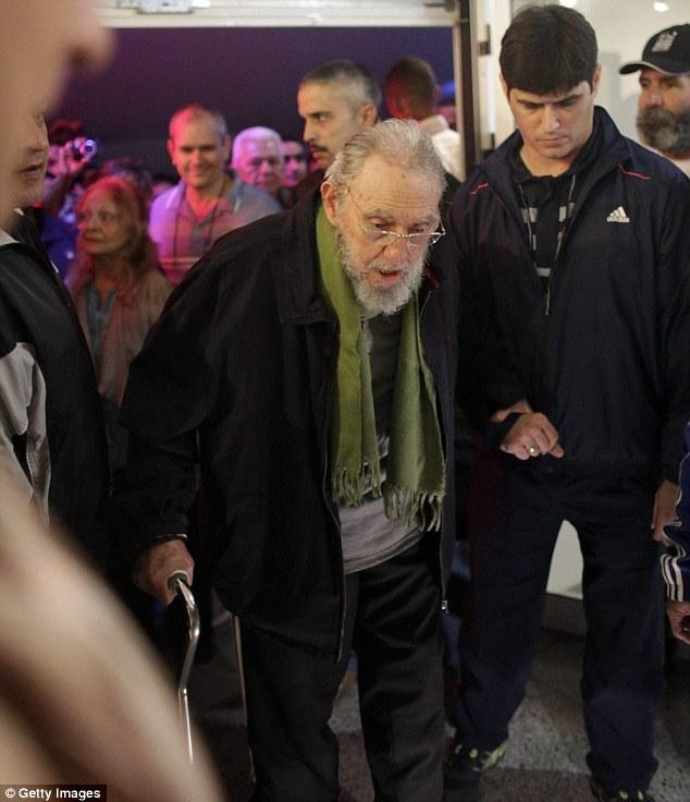 八旬卡斯特罗拄拐棍出席公开活动 近一年来首次露面