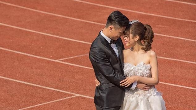 郜林与王晨婚纱照曝光 绿茵场看台记录甜蜜(图)