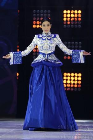 在众多明星展示服装走秀中,周韦彤的服装极为抢眼,在转身背对舞台的