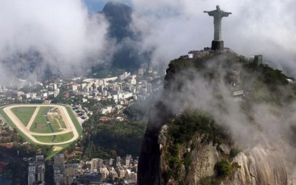 【环球网综合报道】据日本《产经新闻》1月19日报道,当地时间16日晚,伫立在巴西里约热内卢观光胜地科尔科瓦多山上巨大的耶稣像被雷电击中,水平摊开的右手指尖被雷电击断。   据报道,目前正值雨季的里约热内卢在16日晚迎来猛烈的雷雨天气,雷电直击耶稣像右手,导致拇指和中指的指尖部分缺失。该事故于17日被发现并被证实,管理耶稣像的当地教会近期将进行修复工作。   巴西气象厅当局称,16日里约热内卢境内发生的雷电数达到4万多次。高达710米的山上站立的耶稣像虽装有避雷针,却难以阻挡激烈的雷电。(实习编译:宋