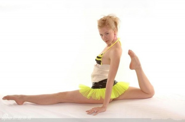 俄罗斯柔术美女秀长腿一字马