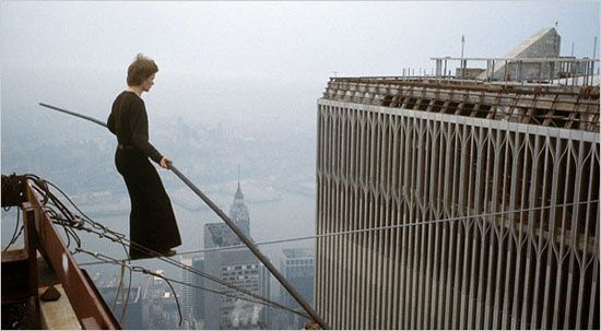 日在刚落成的纽约世贸中心双子塔上走钢丝而闻名遐迩
