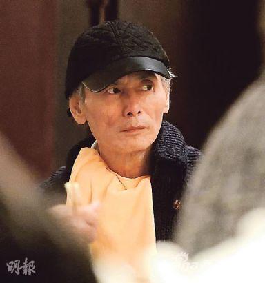 刘家辉坐轮椅剪发过年 喝汽水逛商场