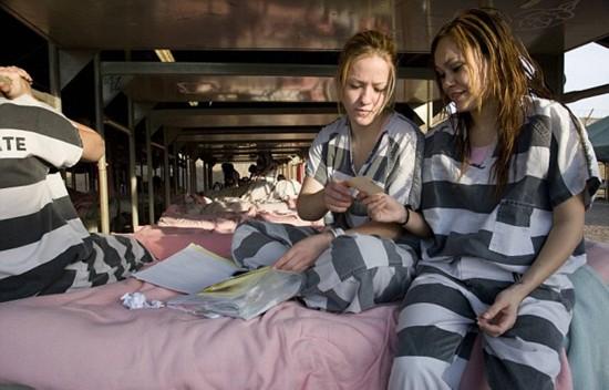 揭秘美国女子重囚监狱 手铐脚镣加身