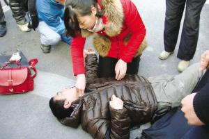 男子地铁口突然晕倒 女孩跪地做心肺复苏救人