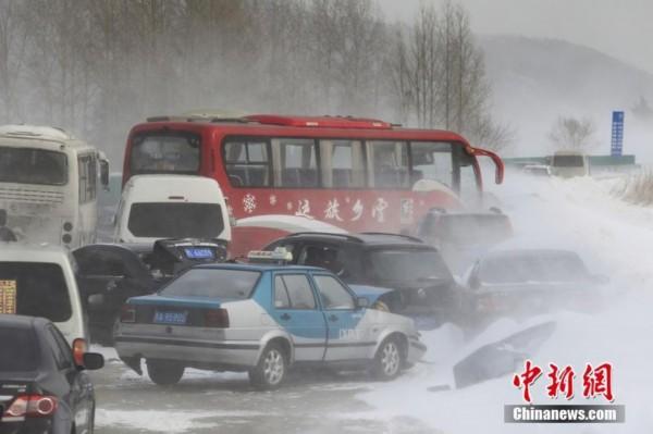 黑龙江暴风雪 高速数十辆车连环追尾