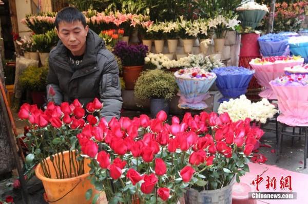 重庆花店推出仿真泡沫玫瑰花受推崇