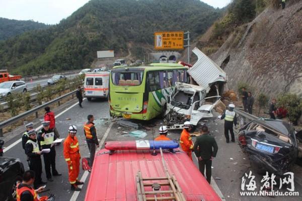 夏蓉高速16车连环相撞致2死8伤