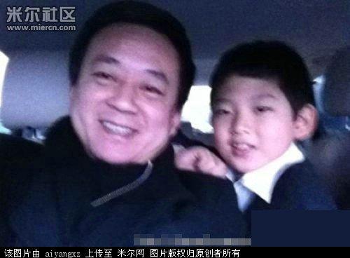 之人,这是他和儿子在自己座驾里的自拍照.-李思思董卿毕福剑朱军