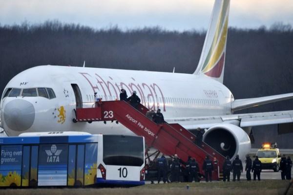 埃航班乘客透漏:劫机副驾驶曾威胁坠毁飞机__海南新闻