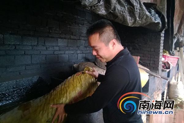 屯昌县南吕镇东岭村村民莫吕炎正在收拾自己的槟榔炉.
