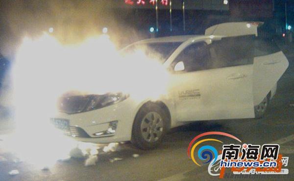 网友晒出的白色起亚k2汽车在浙江永康市发生自燃(网友供图)高清图片