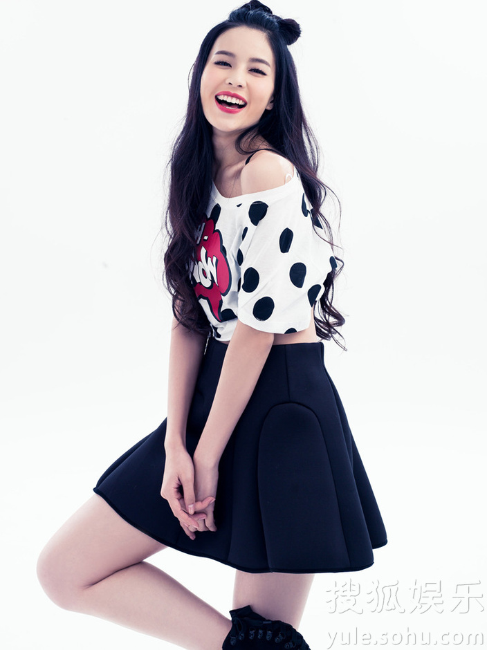 """黑色短裙,仿若青春十足的洛丽塔,而其""""米奇""""式发型和时而夸张的小表情"""