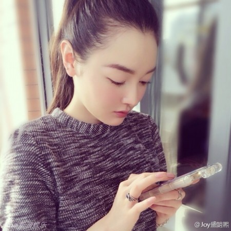 """新浪娱乐讯日前,金庸90寿宴""""求合影""""的美女盛朗熙私房照曝光,照片中"""