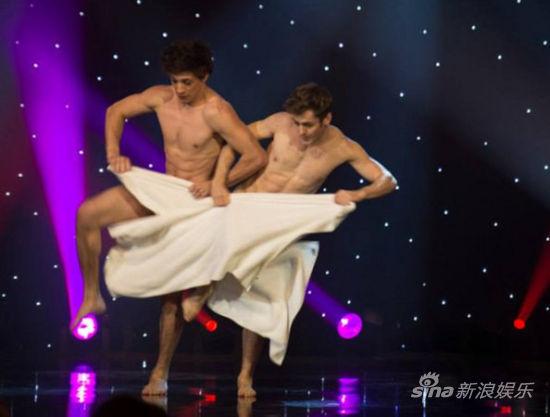 法国裸男跳香艳毛巾舞 旋转跳跃不露鸟